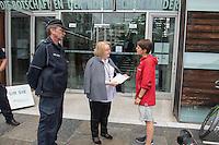 """Einige dutzend Klimaaktivisten aus Deutschland und Schweden versammelten sich am Dienstag den 24. Mai 2016 anlaesslich der Debatte im Schwedischen Parlament zum Verkauf der Vattenfall-Braukohlegebiete und Kraftwerke in der Lausitz an den Tschechischen Konzern EHP vor der Schwedischen Botschaft in Berlin.<br /> Die Klimaaktivisten von """"Ende Gelaende"""", BUND, Naturfreundejugend, Greepeace u.a. forderten von der Schwedischen Regierung, dass der Staatskonzern die Tagebaugebiete und Kohlekraftwerke nicht an den Tschechischen Konzern verkauft, sondern umweltvertraeglich und mit Ruecksicht auf die Arbeitnehmer beendet. Der Staat solle als Vattenfalleigner zu seiner umweltpolitischen und sozialen Verantwortung stehen.<br /> Im Bild: Die Schwedische Klimaaktivistin Annika Hagberg uebergibt einer Botschaftsmitarbeiterin einen Brief mit den Forderungen der Klimaaktivisten. <br /> 24.5.2016, Berlin<br /> Copyright: Christian-Ditsch.de<br /> [Inhaltsveraendernde Manipulation des Fotos nur nach ausdruecklicher Genehmigung des Fotografen. Vereinbarungen ueber Abtretung von Persoenlichkeitsrechten/Model Release der abgebildeten Person/Personen liegen nicht vor. NO MODEL RELEASE! Nur fuer Redaktionelle Zwecke. Don't publish without copyright Christian-Ditsch.de, Veroeffentlichung nur mit Fotografennennung, sowie gegen Honorar, MwSt. und Beleg. Konto: I N G - D i B a, IBAN DE58500105175400192269, BIC INGDDEFFXXX, Kontakt: post@christian-ditsch.de<br /> Bei der Bearbeitung der Dateiinformationen darf die Urheberkennzeichnung in den EXIF- und  IPTC-Daten nicht entfernt werden, diese sind in digitalen Medien nach §95c UrhG rechtlich geschuetzt. Der Urhebervermerk wird gemaess §13 UrhG verlangt.]"""