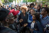 Die US-Menschenrechtlerin  Angela Davis (in der Bildmitte) traf sich am Freitag den 15. Mai 2015 in Berlin mit Fluechtlingen. Unter ihnen viele, die in der Kreuzberger Schule in der Ohlauer Strasse wohnen. Sie sollen nach dem Willen der gruenen Regierung des Stadtteils das Schulgebaeude verlassen. Die Fluechtlinge schilderten ihr, wie ihre Situation in Deutschland und in Berlin ist, und wie sie von den deutschen Behoerden behandelt werden.<br /> Im Anschluss an das Gespraech gingen die Fluechtlinge mit ihr zum Schulgebaeude, ein Eintritt wurde ihr aber schon am Vortag vom Verantworlichen im Bezirksamt verwehrt.<br /> Im Bild: Angela Davis und die Fluechtlinge vor der Schule in der Ohlauer Strasse.<br /> 15.5.2015, Berlin<br /> Copyright: Christian-Ditsch.de<br /> [Inhaltsveraendernde Manipulation des Fotos nur nach ausdruecklicher Genehmigung des Fotografen. Vereinbarungen ueber Abtretung von Persoenlichkeitsrechten/Model Release der abgebildeten Person/Personen liegen nicht vor. NO MODEL RELEASE! Nur fuer Redaktionelle Zwecke. Don't publish without copyright Christian-Ditsch.de, Veroeffentlichung nur mit Fotografennennung, sowie gegen Honorar, MwSt. und Beleg. Konto: I N G - D i B a, IBAN DE58500105175400192269, BIC INGDDEFFXXX, Kontakt: post@christian-ditsch.de<br /> Bei der Bearbeitung der Dateiinformationen darf die Urheberkennzeichnung in den EXIF- und  IPTC-Daten nicht entfernt werden, diese sind in digitalen Medien nach §95c UrhG rechtlich geschuetzt. Der Urhebervermerk wird gemaess §13 UrhG verlangt.]