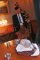 "Europe/Royaume-Uni/Ecosse/Moray/Spayside/ env de Dufftown : Présentation du Haggis lors d'un Dîner au célèbre Haggis, plat typiquement écossais, abats de mouton épicés et avoine- à ""Linn House"" [Non destiné à un usage publicitaire - Not intended for an advertising use]"