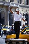 Italy, Lazio, Rome: Policeman directing traffic | Italien, Latium, Rom: Verkehrspolizist regelt den Verkehr in der Innenstadt durch Handzeichen