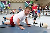 Paul Hottum aus Kaiserslautern mit vollem Körpereinsatz und erfolgreichem Schmetterball beim HEADIS - Darmstadt 22.04.2017: 3. HEADIS Turnier