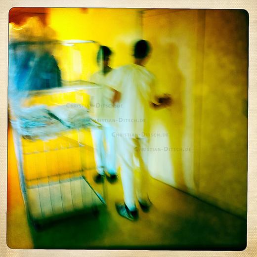 Pflegepersonal in einer Abteilung fuer Psychiatrie in einem Krankenhaus.<br /> 26.9.2011, Berlin<br /> Copyright: Christian-Ditsch.de<br /> [Inhaltsveraendernde Manipulation des Fotos nur nach ausdruecklicher Genehmigung des Fotografen. Vereinbarungen ueber Abtretung von Persoenlichkeitsrechten/Model Release der abgebildeten Person/Personen liegen nicht vor. NO MODEL RELEASE! Nur fuer Redaktionelle Zwecke. Don't publish without copyright Christian-Ditsch.de, Veroeffentlichung nur mit Fotografennennung, sowie gegen Honorar, MwSt. und Beleg. Konto: I N G - D i B a, IBAN DE58500105175400192269, BIC INGDDEFFXXX, Kontakt: post@christian-ditsch.de<br /> Bei der Bearbeitung der Dateiinformationen darf die Urheberkennzeichnung in den EXIF- und  IPTC-Daten nicht entfernt werden, diese sind in digitalen Medien nach §95c UrhG rechtlich geschuetzt. Der Urhebervermerk wird gemaess §13 UrhG verlangt.]
