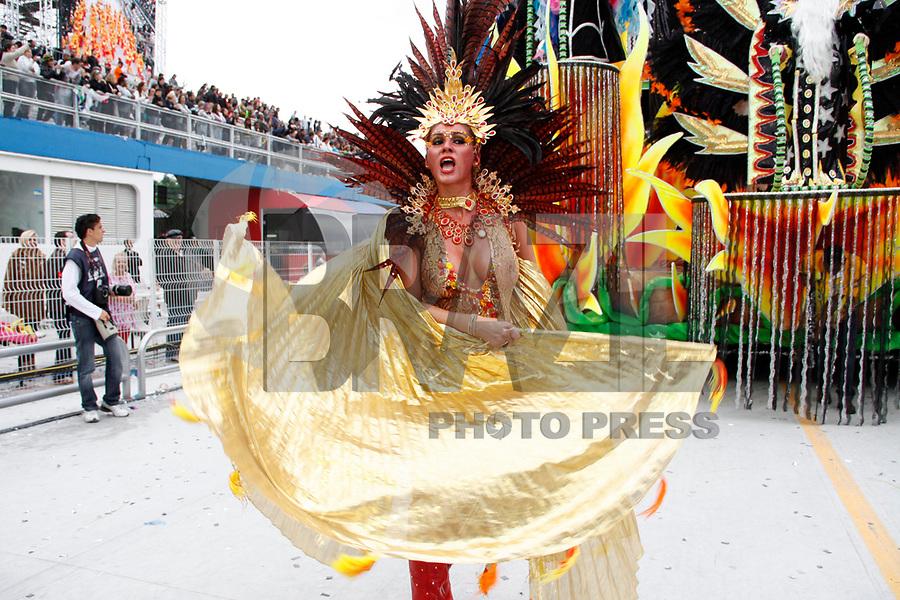 SÃO PAULO, SP, 06 DE MARÇO DE 2011 - CARNAVAL 2011 / IMPÉRIO DE CASA VERDE  - Livia Andrade integrante da Império de Casa Verde durante o segundo dia dos desfiles as escolas do Grupo Especial de São Paulo, no Sambódromo do Anhembi, zona norte da capital paulista, na madrugada deste domingo. (06). (FOTO: AMAURI NEHN / NEWS FREE).