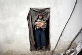 Gheorghe lebt in Stefanesti, einem kleinen Dorf in der Nähe<br />von Floresti. Er arbeitete auf einer Wanderbaustelle in Russland,<br />als er bei sich die ersten Symptome bemerkte und nach Moldawien<br />zurückkehrte. Nach zwei Monaten im Krankenhaus wird er<br />zuhause weiter behandelt. Er ist geschieden und Alleinerziehender<br />Vater von drei Kindern // Moldova is still the poorest country of Europe. Hopes to join the European Union are high. After progress in the past years tuberculosis is on the rise again. The number of new patients raise since 2010 and is on a level that has not been reached since the late 90s.