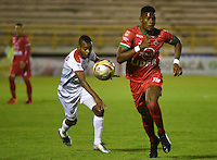 TUNJA -COLOMBIA, 29-09-2016. Danny Rosero (Der) jugador de Patriotas FC disputa el balón con Yilton E. Diaz (Izq) jugador de Rionegro Águilas durante partido por la fecha 10 de la Liga Águila II 2016 realizado en el estadio La Independencia en Tunja./ Danny Rosero (R) player of Patriotas FC fights for the ball with Yilton E. Diaz (L) player of Rionegro Aguilas during match for the date 15 of Aguila League II 2016 at La Independencia stadium in Tunja. Photo: VizzorImage/César Melgarejo/Cont