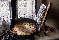 Europe/France/Bretagne/29/Finistère/Ile d'Ouessant: le farz oaled, ce plat consistant est préparé avec une livre de pommes de terre râpées, une livre de farine, 300 g de lard dessalé et coupé en petits morceaux, une livre de pruneaux d'Agen et 250g de raisins  La marmite est entièrement recouverte de mottes qui se consumeront doucement pendant trois à quatre heures.