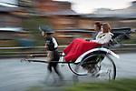 Japan, West Honshu, Kansai, Kyoto - Gion district (Geisha area): Pulled rickshaw | Japan, West-Honshu, Kansai, Kyoto - Stadtteil Gion (Geisha Distrikt): traditionelle Laufrikscha in Bewegung