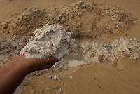 Moradores extraem argila em praia de Salvaterra.<br /> Marajó, Salvaterra, Pará, Brasil.<br /> Foto Paulo Santos<br /> 23/06/2012