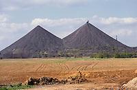 - east Germany, hills of cinders in a lignite coal (brown coal) mine near Zeitz....- Germania orientale, colline di scorie in una miniera di carbone lignite nei pressi di Zeitz