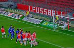 Fussball-Bundesliga - Saison 2020/2021<br /> Opel-Arena Mainz - 7.11.2020<br /> 1. FSV Mainz 05 (mz) - Schalke 04 (s04)<br /> Ein Freistoß von Mark UTH (FC Schalke 04) führt zum 1:1, Torwart Robin ZENTNER (1. FSV Mainz 05) hat keine Chance<br /> <br /> Foto © PIX-Sportfotos *** Foto ist honorarpflichtig! *** Auf Anfrage in hoeherer Qualitaet/Aufloesung. Belegexemplar erbeten. Veroeffentlichung ausschliesslich fuer journalistisch-publizistische Zwecke. For editorial use only. DFL regulations prohibit any use of photographs as image sequences and/or quasi-video.