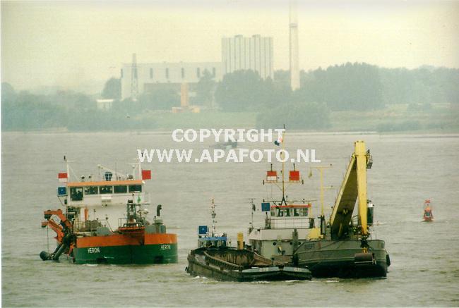Ewijk,15-07-99  Foto:Koos Groenewold (APA)<br />Baggerwerkzaamheden op de Waal bij Ewijk,gezien vanaf de brug<br /><br />Voor bij een verhaal van APA-Redaktie