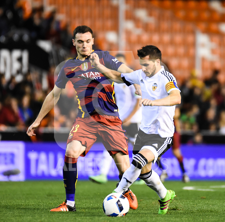 Valencia's Pablo Piatti   and FC Barcelona's  Thomas Vermaelen during Spanish King's Cup match. February 10, 2016. (ALTERPHOTOS/Javier Comos)
