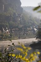 Europe/France/Aquitaine/24/Dordogne/Vallée de la Dordogne/Périgord Noir/La Roque-Gageac: Brumes matinale sur la dordogne et le village