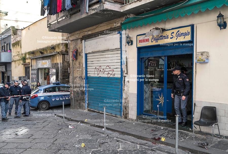 - NAPOLI 23 FEB - Forcella, agguato in pieno giorno a Ciro De Tommaso, padre di Genny 'a carogna. nella foto i rilievi della polizia scientifica
