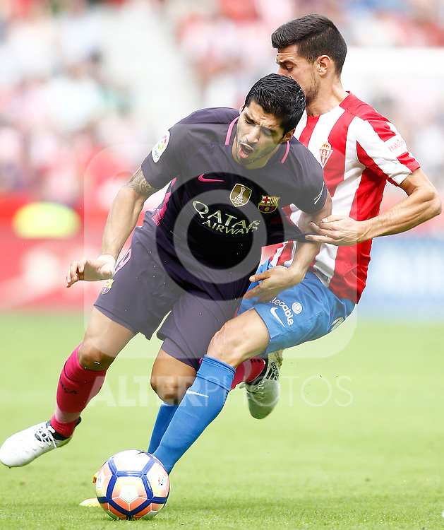 Sporting de Gijon's Sergio Alvarez (r) and FC Barcelona's Luis Suarez during La Liga match. September 24,2016. (ALTERPHOTOS/Acero)