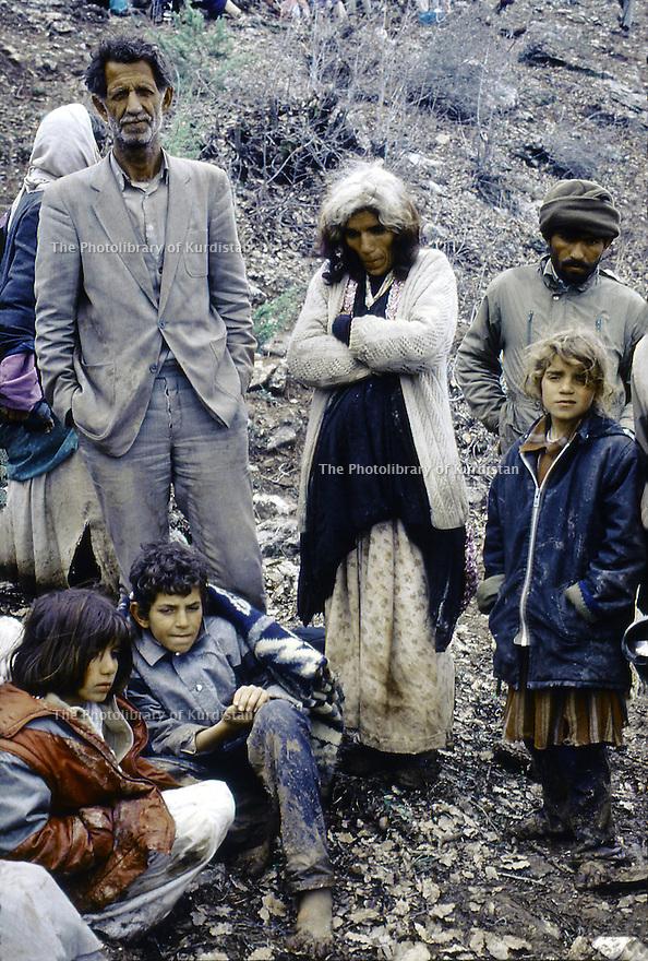 Irak 1991.Les Kurdes à la frontiere Irak- Turquie, une famille epuisee.Iraq 1991.Kurdish refugees on the border Iraq-Turkey, an exhausted family