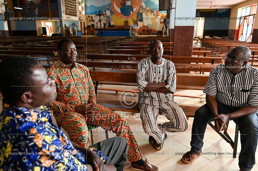 BURKINA FASO, Kaya, Kathedrale, rechts François Paul RAMDÉ von der Organisation « Union Fraternelle des Croyants » UFC Dori, im Gespraech mit Pfarrern aus von Islamisten attackierten Doerfern DABLO, BARSALOGHO und YALOGO