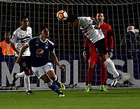 BOGOTÁ - COLOMBIA, 15-08-2018: Roberto Ovelar (Izq.) jugador de Millonarios (COL), disputa el balón con Christian Martinez (Der.) jugador de General Díaz (PAR), durante partido de vuelta entre Millonarios (COL) y General Díaz (PAR), de la segunda fase por la Copa Conmebol Sudamericana 2018, en el estadio Nemesio Camacho El Campin, de la ciudad de Bogotá. / Roberto Ovelar (L) player of Millonarios (COL), fights for the ball with Christian Martinez (R) player of General Diaz (PAR), during a match of the second leg between Millonarios (COL) and General Diaz (PAR), of the second phase for the Conmebol Sudamericana Cup 2018 in the Nemesio Camacho El Campin stadium in Bogota city. VizzorImage / Luis Ramirez / Staff.
