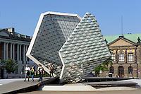 Nationalmuseum und Plastik auf Plac Wolnosci in Posnan (Posen), Woiwodschaft Großpolen (Województwo wielkopolskie), Polen Europa<br /> Natianal Museum and sculpture at Plac Wolnosci in Posnan, Poland, Europe