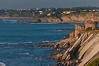 Europe/France/Aquitaine/64/Pyrénées-Atlantiques/Pays-Basque/Ciboure: Fort de Socoa à l'aube et la Corniche basque - les hautes falaises de flyschs plongent en oblique leurs roches feuilletées vigoureusement attaquées par les flots