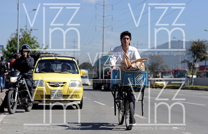 BOGOTÁ-07-02-2013. Un ciclista circula por la autopista Norte, casi desocupada, hoy durante el Día sin Carro. A biker is traveling on the highway North, almost empty, today during the Car Free Day in Bogotá. Photo: VizzorImage/STR