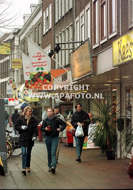 Arnhem,10-12-98  Foto:Koos Groenewold (APA)<br /> Steenstraat in Arnhem met bakker,slager,groente- en kaasboer.