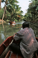 Thailande/Env de Bangkok: Près de Tha Kha, navigation sur les canaux au milieu des plantations de cocotiers