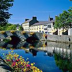 Ireland, County Mayo, Westport: View of town along River Carrowbeg | Irland, County Mayo, Westport: Stadt an der irischen Westkueste am Fluss Carrowbeg