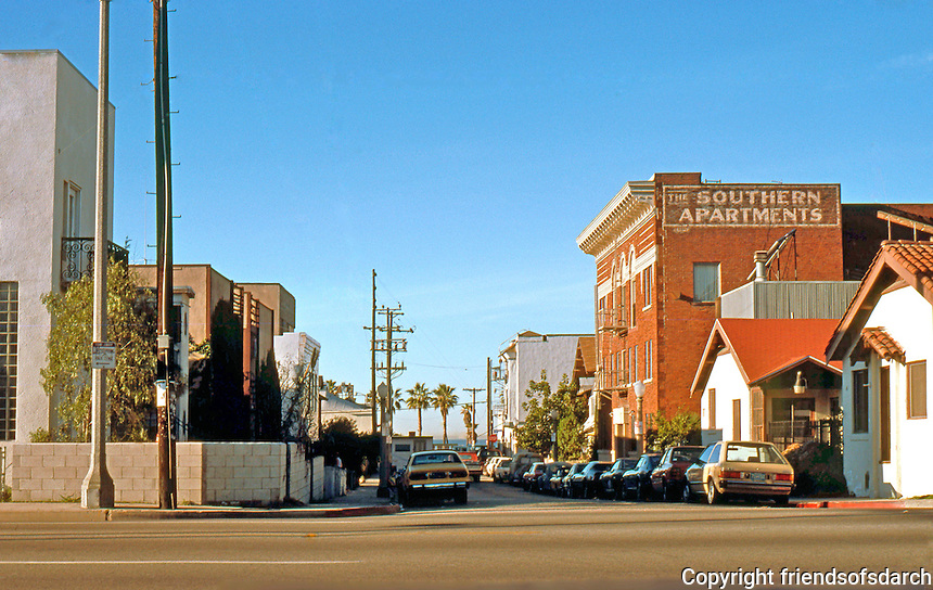 Frank Gehry Assoc.: Spiller House--1980. In front of Southern Apartments, 39 Horizon Ave. off Pacific Ave., Venice. At left, Tony Bill House. (Photo '86)