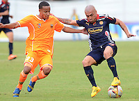 ENVIGADO -COLOMBIA-17-05-2015. Juan Camilo Zapata (Izq) de Envigado FC disputa el balón con Vladimir Marin (Der) de Independiente Medellin durante partido por la fecha 20 de la Liga Águila I 2015 realizado en el Polideportivo Sur de la ciudad de Envigado./ Juan Camilo Zapata (L) of Envigado FC fights for the ball with Vladimir Marin (R) of Independiente Medellin during match for the 20th date of the Aguila League I 2015 at Polideportivo Sur in Envigado city.  Photo: VizzorImage/León Monsalve/STR