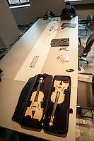 """a Cremona, presso il museo del violino, opera il laboratorio di acustica musicale, collegato al politenico di Milano. Il direttore del laboratorio è il professore Augusto Sarti.  Coppia di violini """"identici"""" in bianco, realizzati da Elena Bartella e Sebastiano Ferrari"""