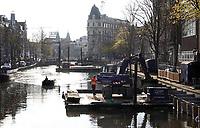 Nederland  Amsterdam -  2020.  De kades in Amsterdam worden versterkt.   Foto : ANP/ HH / Berlinda van Dam
