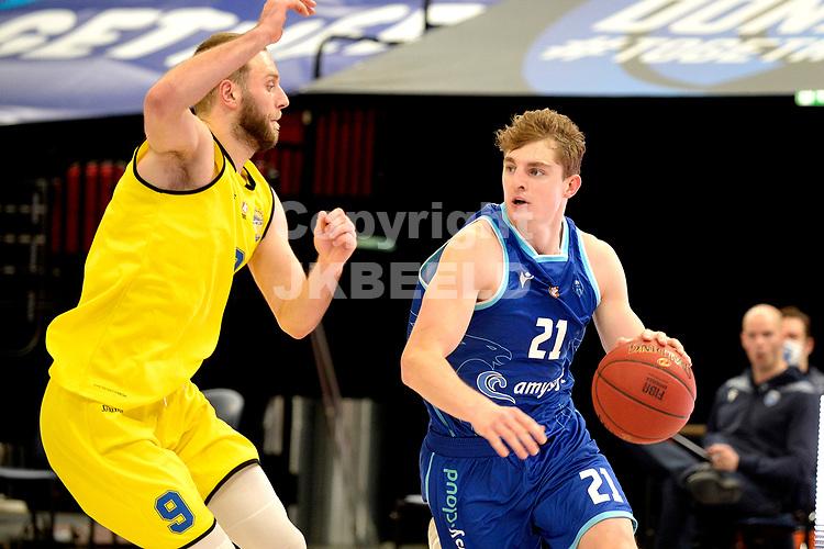 29-12-2020: Basketbal: Donar v Den Helder Suns: Groningen  Donar speler Henry Caruso in duel met Den Helder speler Stan van den Elzen