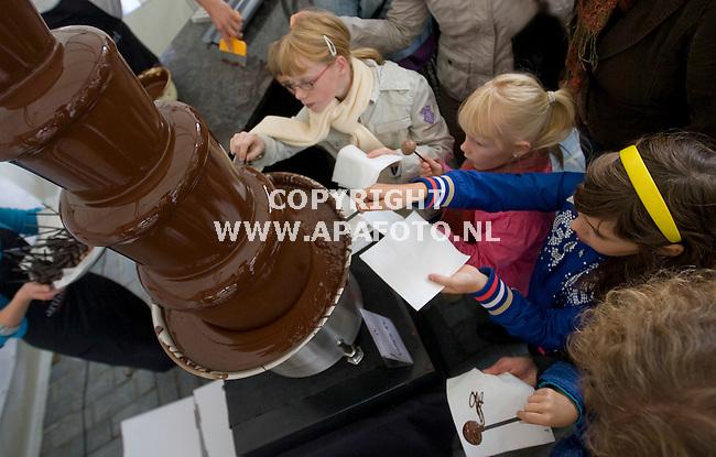 Zutphen 190910 Chocoladefestival <br /> Grote atractie was het maken van je eigen chocoladelolie uit een chocoladefontein<br /> Foto Frans Ypma APA-foto