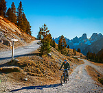 Italien, Suedtirol (Trentino - Alto Adige), Naturpark Fanes-Sennes-Prags: Hochplateau Plaetzwiesen, Mountainbiker auf dem Weg zur Duerrensteinhuette, im Hintergrund die Cristallo Gruppe | Italy, South Tyrol (Trentino - Alto Adige), Fanes-Sennes-Prags Nature Park: High Plateau Plaetzwiesen, mountainbiking to Duerrenstein mountain hut, at background Cristallo Group mountains