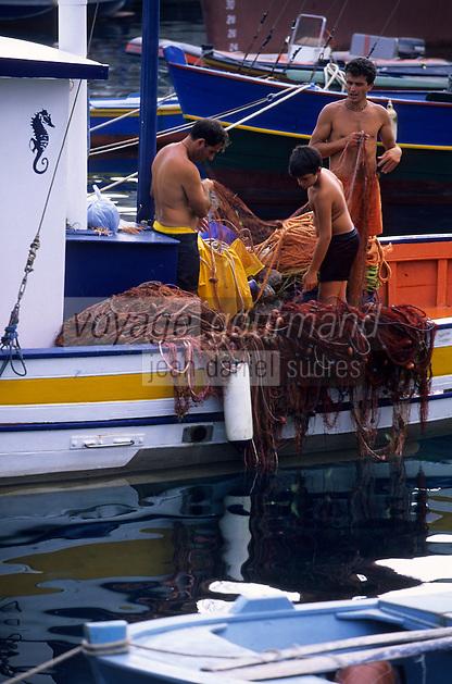 Europe/Italie/Calabre/Scilla : Pcheurs triant leurs filets sur le port