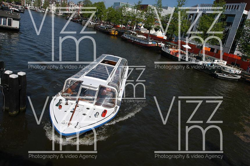 AMSTERDAM-HOLANDA-  Un bote de turismo por uno de los canales de la ciudad./ A tourist boat drive by one of the waterways of the city. Photo: VizzorImage/STR