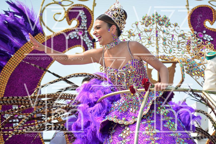 BARRANQUILLA - COLOMBIA, 02-03-2019: Carolina Segebre, reina del Carnaval, anima al público durante el desfile Batalla de Flores del Carnaval de Barranquilla 2019, patrimonio inmaterial de la humanidad, que se lleva a cabo entre el 2 y el 5 de marzo de 2019 en la ciudad de Barranquilla. / Carolina Segebre, Carnival Queen, waves the hand to welcome to the public during the Batalla de las Flores as part of the Barranquilla Carnival 2019, intangible heritage of mankind, that be held between March 2 to 5, 2019, at Barranquilla city. Photo: VizzorImage / Alfonso Cervantes / Cont.