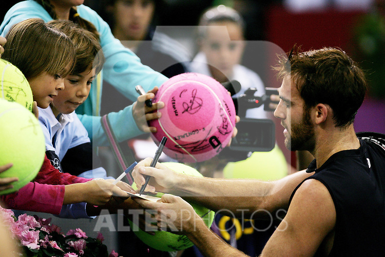 United States' Robby Ginepri signs autogpraphs after his Madrid Masters Series tennis tournament match against Spain's Tommy Robredo at Madrid Arena, Thurssday 19 October, 2006. (ALTERPHOTOS/Alvaro Hernandez).
