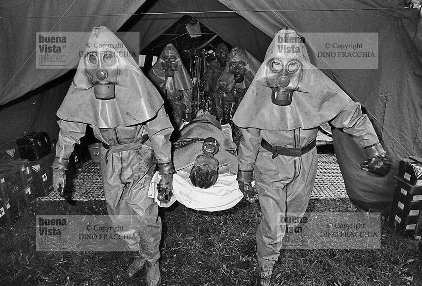 - NATO exercises in Germany, french army soldiers training to NBC decontamination (may 1987)....- esercitazioni NATO in Germania, soldati dell'esercito francese  si addestrano alla decontaminazione NBC (maggio 1987)