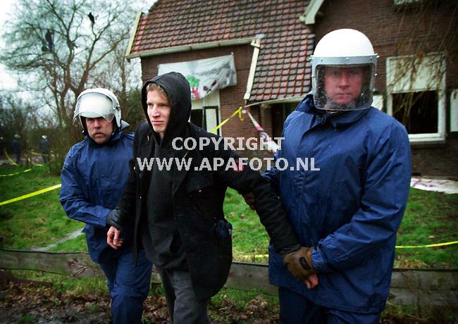 Andelst/Zetten,080200  Foto:Koos Groenewold (APA)<br />Een kraker van het GroenFront wordt gearresteerd door de politie omdat hij vastgeketend op het dak van een gekraakt pand zat.