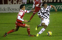 TUNJA -COLOMBIA, 28-09-2014. Diego Fernando Chica (Der) jugador de Boyacá Chicó disputa el balón con Luis Manuel Seijas (Izq) jugador de Independiente Santa Fe durante partido por la fecha 12 de la Liga Postobón II 2014 realizado en el estadio La Independencia en Tunja./ Diego Fernando Chica (R) player of Boyaca Chico fights for the ball with Luis Manuel Seijas (L) player of Independiente Santa Fe during match for the 6th date of Postobon League II 2014 at La Independencia stadium in Tunja. Photo: VizzorImage/César Melgarejo/STR<br />