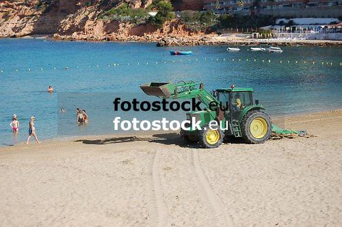 cleaning the beach<br /> limpiando la playa<br /> Strandreinigung<br /> <br /> Playa El Toro, Calvià<br /> <br /> Original: 3008 x 2000 px<br /> 150 dpi: 50,94 x 33,87 cm<br /> 300 dpi: 25,47 x 16,93 cm