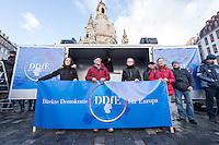 """Etwa 1.000 Menschen kamen am Sonntag den 8. Februar 2015 in Dresden zu einer Kundgebung der Pegida-Abspaltung """"Direkte Demokratie fuer Europa"""" DDfE. Angemeldet hatten die Veranstalter eine Versammlung mit 5.000 Menschen. Die Redner rechtfertigten die Abspaltung von Pegida mit politischen Differenzen, wenngleich sie indirekt dazu aufriefen sich am kommenden Tag an der Pegida-Veranstaltung zu beteiligen. In den Reden wurde sich u.a. ueber die Fluechtlingspolitik in Deutschland und ueber eine """"mangelnde Einbeziehung des Volkes"""" in politische Entscheidungen beklagt.<br /> Im Bild 4.vl.: Das ehem. Pegida-Gruendungsmitglied und jetzt DDfE-Gruenderin Katrin Oertel.<br /> 8.2.2015, Dresden<br /> Copyright: Christian-Ditsch.de<br /> [Inhaltsveraendernde Manipulation des Fotos nur nach ausdruecklicher Genehmigung des Fotografen. Vereinbarungen ueber Abtretung von Persoenlichkeitsrechten/Model Release der abgebildeten Person/Personen liegen nicht vor. NO MODEL RELEASE! Nur fuer Redaktionelle Zwecke. Don't publish without copyright Christian-Ditsch.de, Veroeffentlichung nur mit Fotografennennung, sowie gegen Honorar, MwSt. und Beleg. Konto: I N G - D i B a, IBAN DE58500105175400192269, BIC INGDDEFFXXX, Kontakt: post@christian-ditsch.de<br /> Bei der Bearbeitung der Dateiinformationen darf die Urheberkennzeichnung in den EXIF- und  IPTC-Daten nicht entfernt werden, diese sind in digitalen Medien nach §95c UrhG rechtlich geschuetzt. Der Urhebervermerk wird gemaess §13 UrhG verlangt.]"""