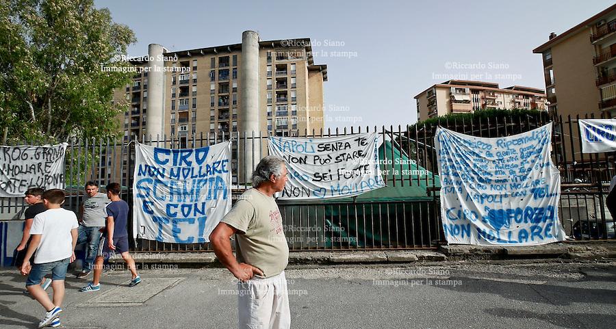 - NAPOLI, 24 GIU - Tifosi e amici di Ciro Esposito in attesa davanti all'autolavaggio di famiglia a Scampia con cartelli e striscioni