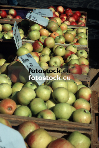 fresh apples displayed at the farmer's market<br /> <br /> manzanas frescas en el mercado<br /> <br /> frische Äpfel auf dem Wochenmarkt<br /> <br /> Original: 35 mm slide transparency