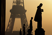 Europe/France/Ile-de-France/75007/Paris: La Tour Eiffel à l'aube depuis le Palais de Chaillot // Europe / France / Ile-de-France / 75007 / Paris: The Eiffel Tower at dawn from the Palais de Chaillot