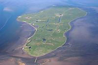 4415/Hallig Hooge:EUROPA, DEUTSCHLAND, SCHLESWIG- HOLSTEIN 19.06.2005: Hallig Hooge - das sind ca. 5,5 km² festes Land in einer sich ständig durch Ebbe und Flut wandelnden Welt - mitten im Nationalpark Wattenmeer. Auf neun Warften wohnen derzeit ca.110 Einwohner.  Die zweitgrößten Hallig im Nationalpark <br />Schleswig-Holsteinisches Wattenmeer, eines von 14 deutschlandweit existierenden Biosphärengebieten.<br /><br />Luftaufnahme, Luftbild,  Luftansicht