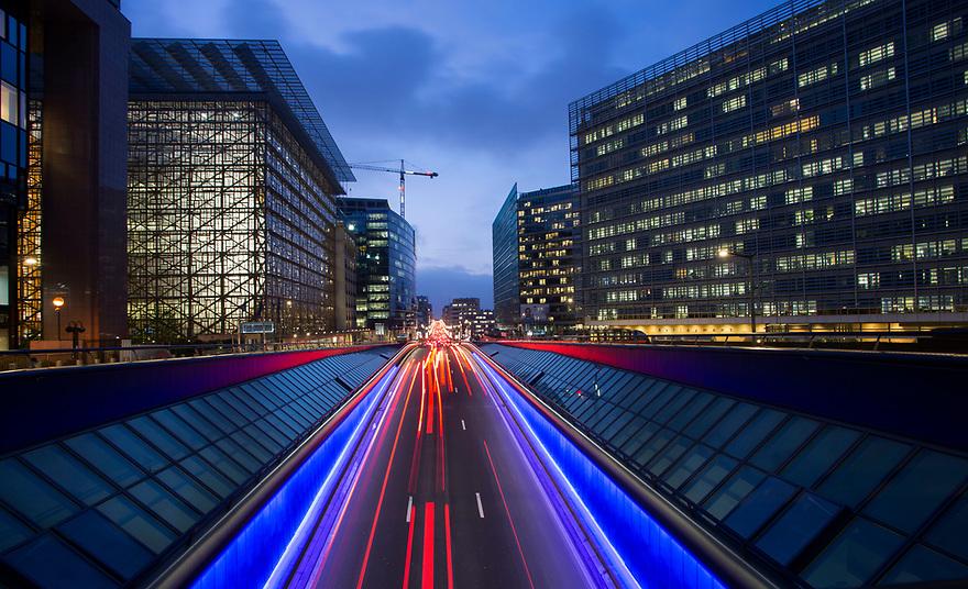 Atardecer en la rue de la Loi, con los edificios del Consejo Europeo (i) y la Comisión Europea. Bruselas, 1 Diciembre 2017. © delmi alvarez