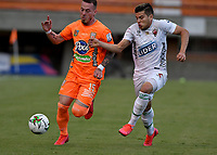 ENVIGADO - COLOMBIA, 31–03-2021: Santiago Jimenez de Envigado F. C. y Santiago Orozco de Patriotas Boyaca F. C. disputan el balon durante partido entre Envigado F. C. y Patriotas Boyaca F. C. de la fecha 16 por la Liga BetPlay DIMAYOR I 2021, en el estadio Polideportivo Sur de la ciudad de Envigado. / Santiago Jimenez of Envigado F. C. and Santiago Orozco of Patriotas Boyaca F. C. fight for the ball during a match between Envigado F. C. and Patriotas Boyaca F. C. of 16th date for the BetPlay DIMAYOR I 2021 League at the Polideportivo Sur stadium in Envigado city. Photo: VizzorImage / Luis Benavides / Cont.